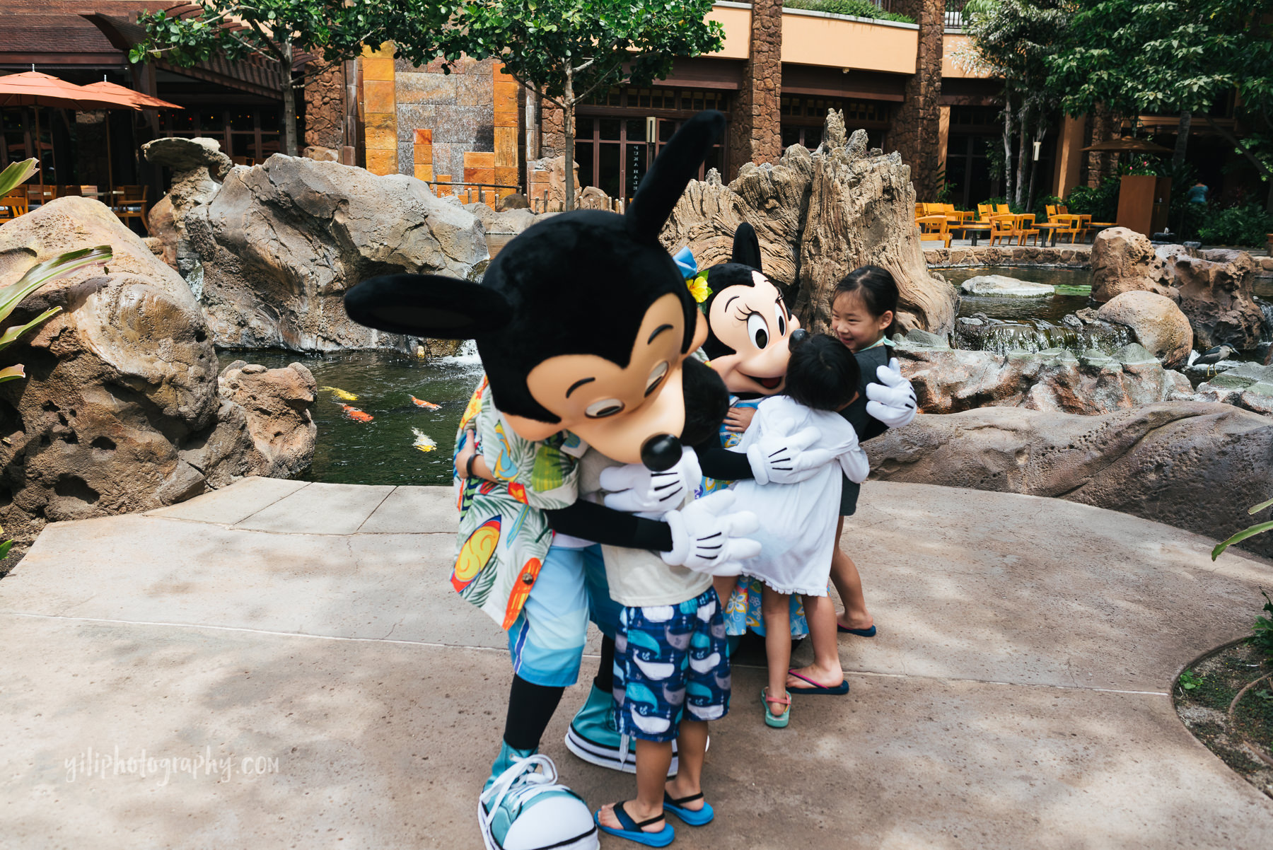 children hugging mickey and minnie mouse at aulani