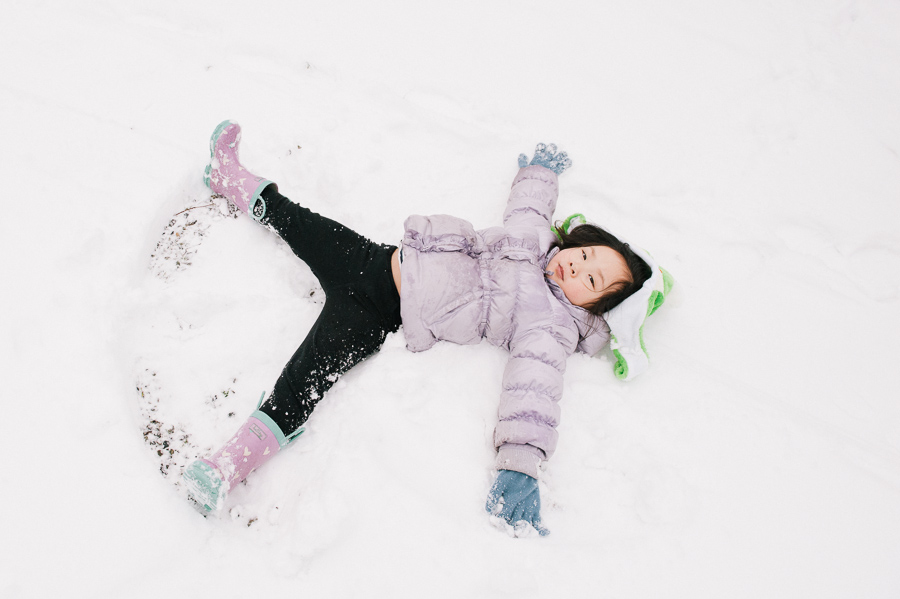 seattle child photographer, snow angel making