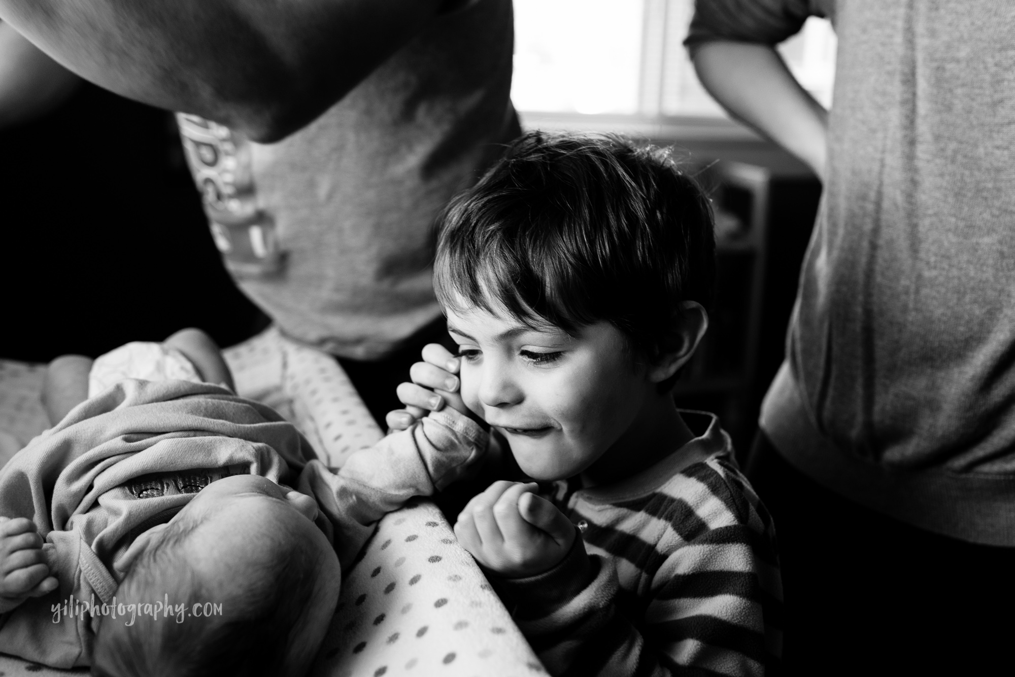 seattle newborn with big brother talking to her